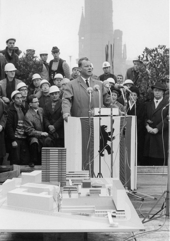 Willy Brandt bei seiner Rede zur Eröffnung